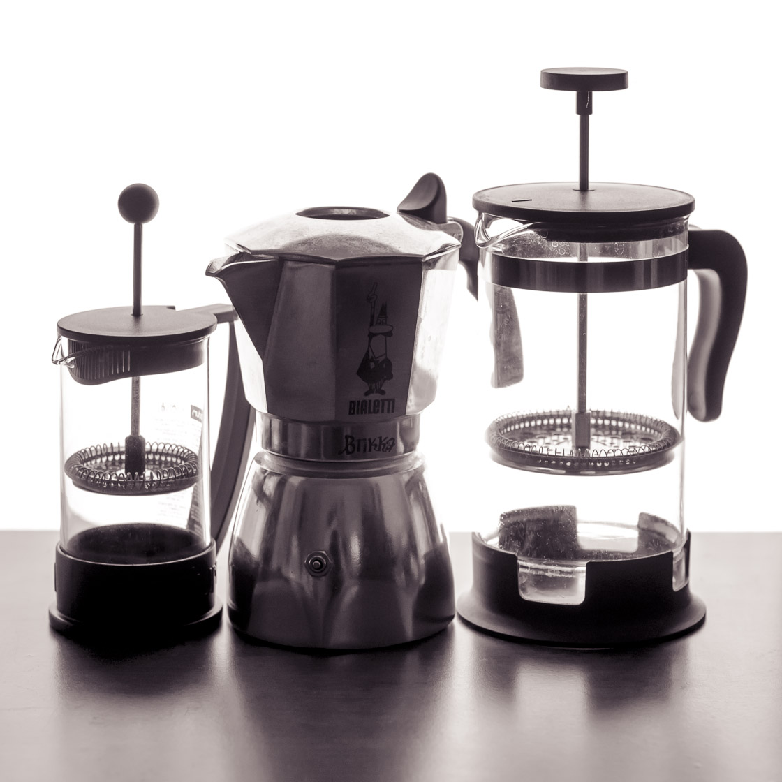 Drei Kaffeekannen: große French Press, kleine French Press, Bialetti Brikka